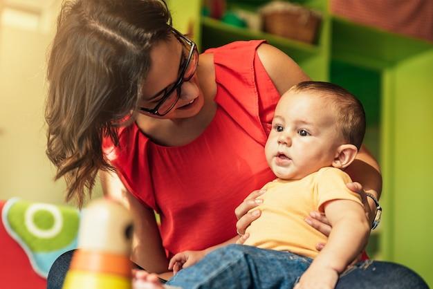 Kind jongen en moeder spelen met educatief speelgoed.