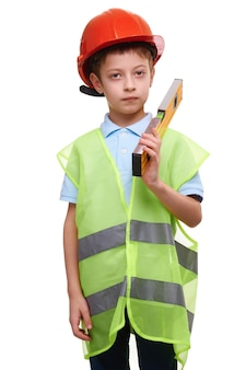 Kind jongen met constructie level vest en helm geïsoleerd op wit, toekomstige bouwvakker