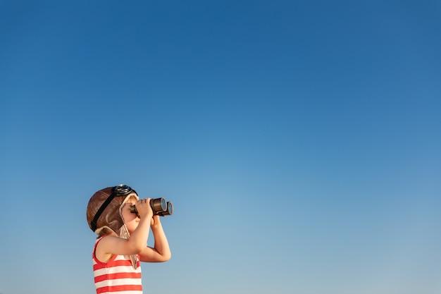 Kind kijkt door een mariene bril. kid plezier buiten.