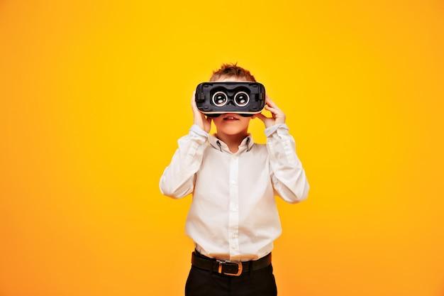 Kind kijkt door vr-bril