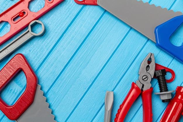 Kind, kinderen kleurrijk speelgoed, gereedschap, moersleutels instrument achtergrond met kopie ruimte