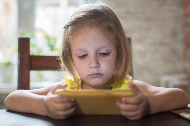 Kind klein meisje spelen op smartphone