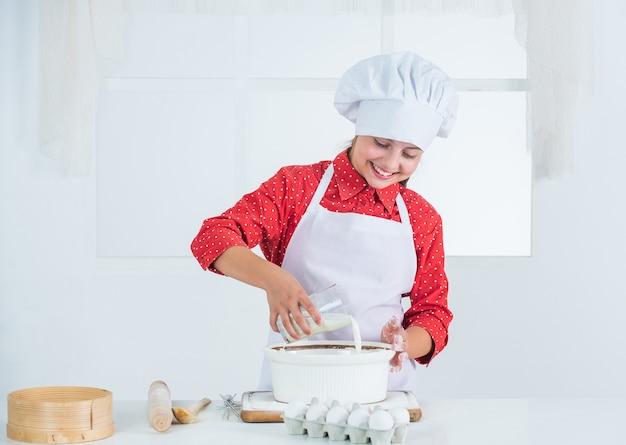 Kind koken op recept, eten.