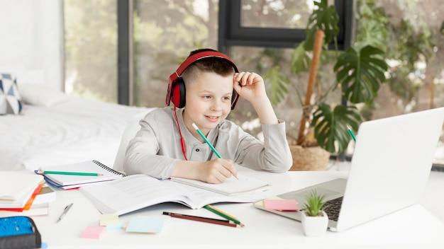 Kind leert cursussen online en draagt een koptelefoon