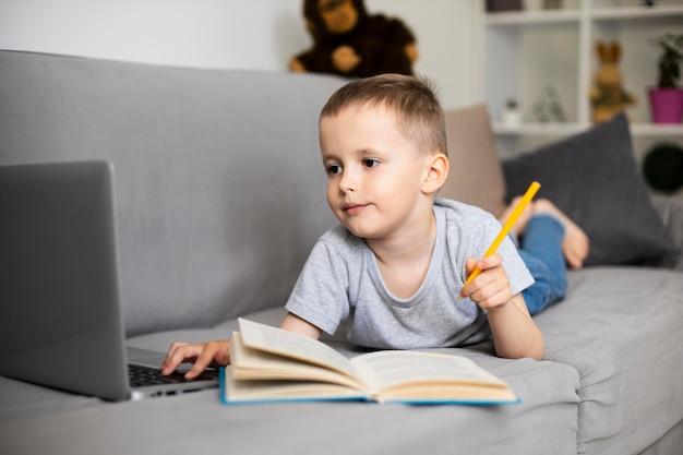Kind leert tekenen