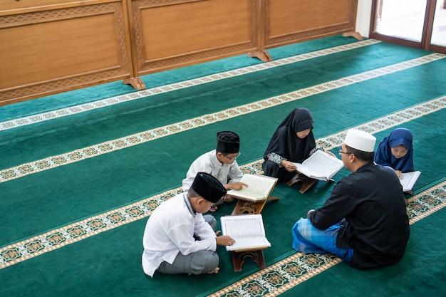 Kind leren koran te lezen