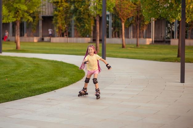 Kind meisje in het park skaten