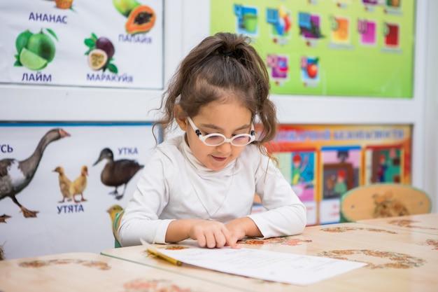 Kind meisje speelt in educatieve klassen