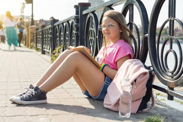 Kind meisje student leesboek