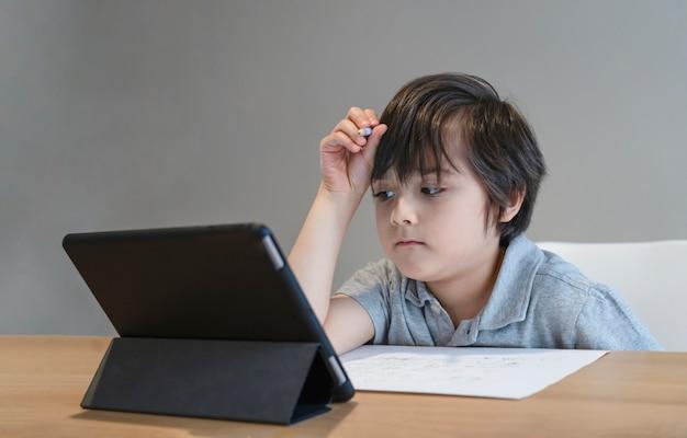 Kind met behulp van tablet voor zijn huiswerk
