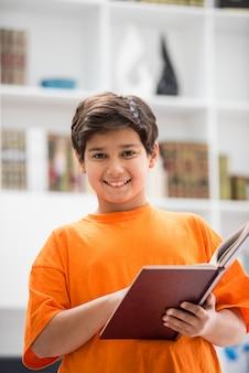 Kind met boek thuis