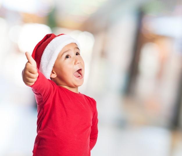 Kind met duim omhoog en open mond