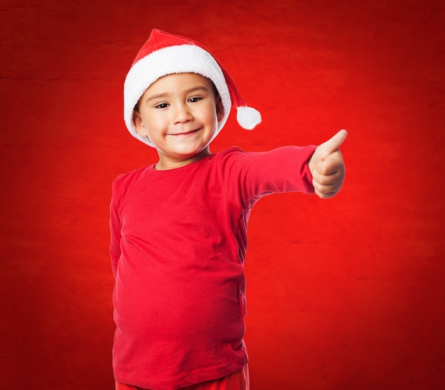 Kind met duim omhoog en rode achtergrond