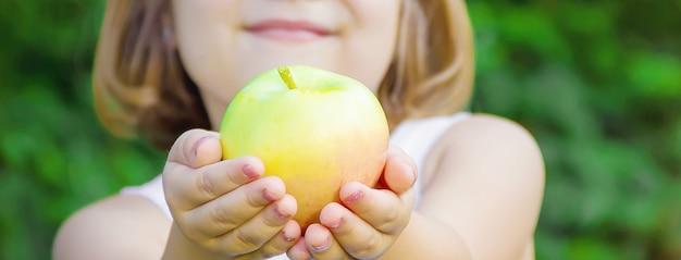 Kind met een appel. foto. natuur