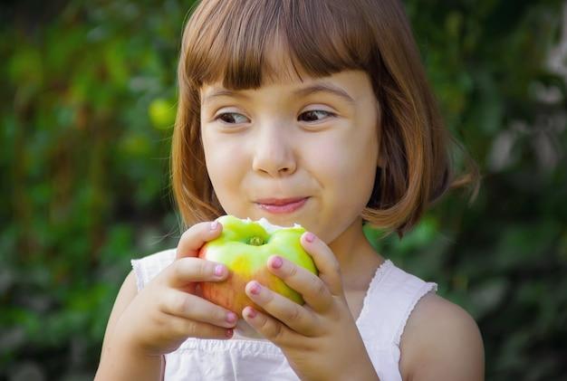 Kind met een appel. selectieve aandacht. natuur