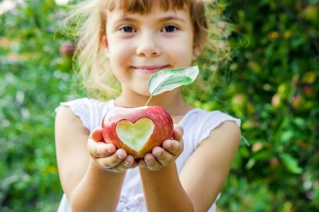 Kind met een appel. selectieve aandacht. tuin.