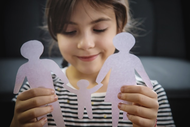 Kind met een papieren gezin in zijn handen.