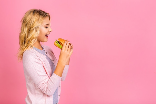 Kind met een stuk hamburger.