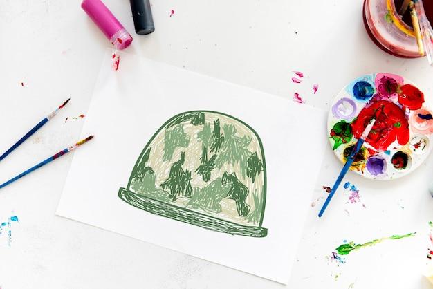 Kind met een tekening van een soldatenhelm
