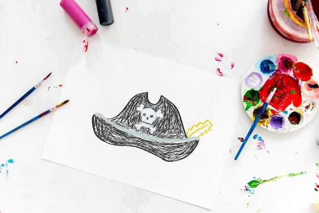 Kind met een tekening van piratenhoed