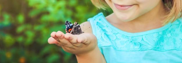 Kind met een vlinder. foto. natuur.