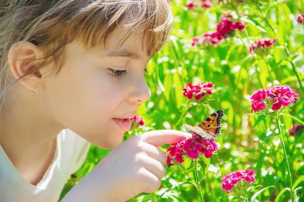 Kind met een vlinder. idee leuconoe. selectieve aandacht.