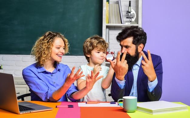 Kind met familieleernummers wiskunde voor kinderen kind bereidt zich voor op schoolkind vanaf de basisschool