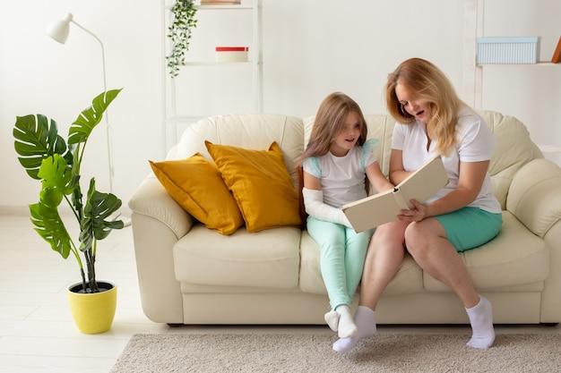 Kind met gebroken arm en gips tijd thuis met moeder doorbrengen