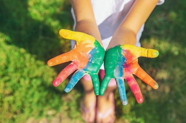 Kind met geschilderde handen en benen