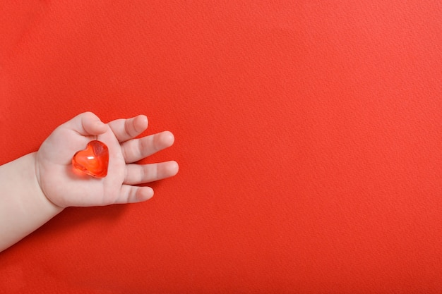 Kind met glazen hart. familie, liefde en gezondheidsconcept