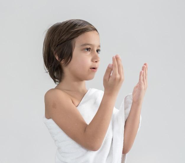 Kind met hajj bedevaart kleren bidden