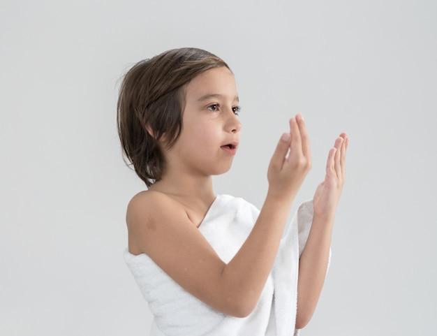 Kind met hajj-bedevaartkleren die bidden