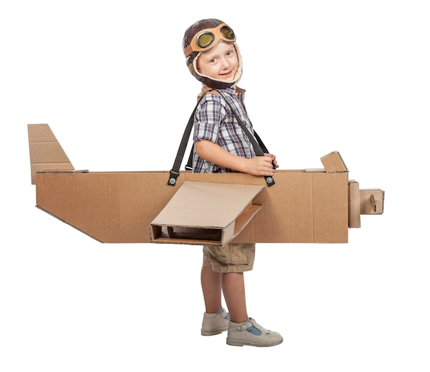 Kind met kartonnen vliegtuig