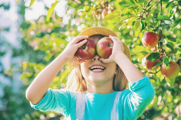 Kind met kind met een appel. selectieve aandacht.