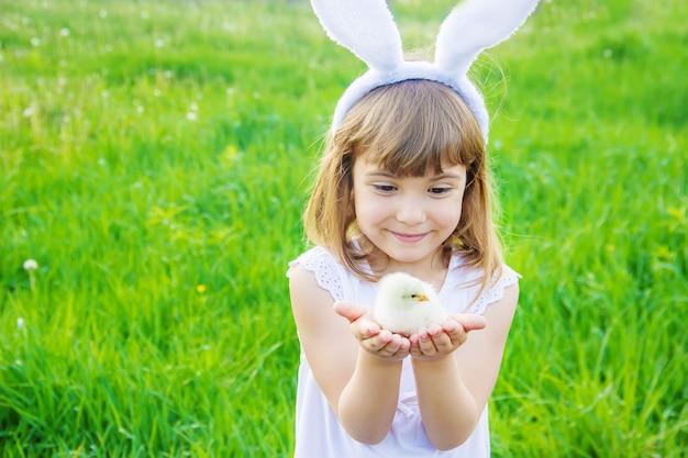 Kind met konijnenoren. pasen. selectieve aandacht.