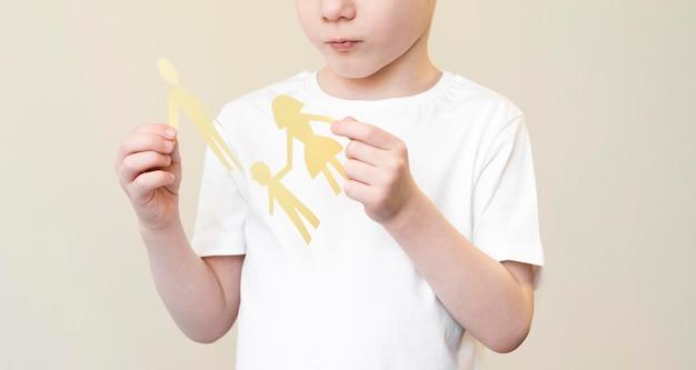 Kind met papieren familievorm