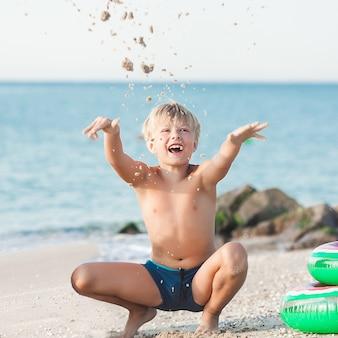 Kind met plezier op het strand