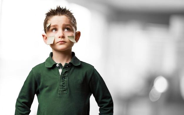 Kind met post-it in het gezicht