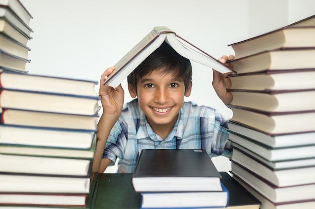 Kind met veel boeken