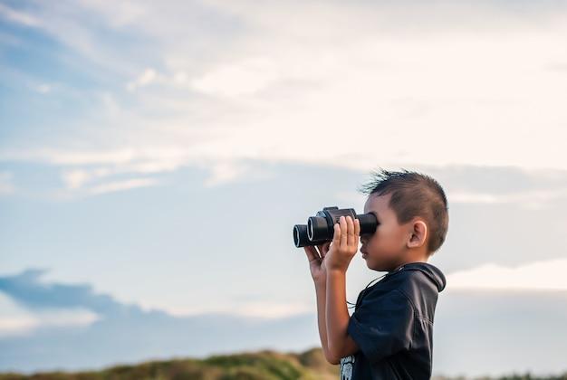 Kind met verrekijkers