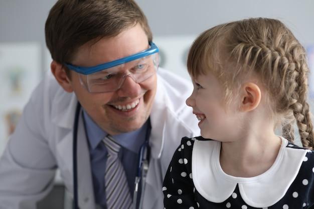 Kind met vrolijke doc