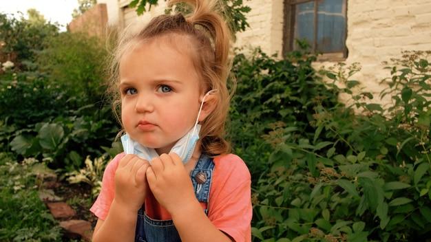 Kind neemt beschermende maskers af