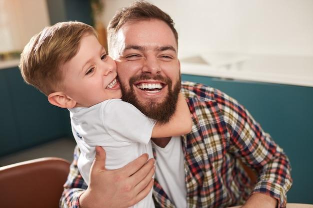 Kind omhelst gelukkige vader thuis