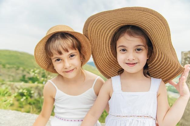 Kind op de achtergrond van de gezichten van georgië