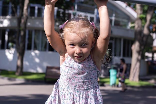 Kind op de speelplaats op een zomerdag. echte mensen.