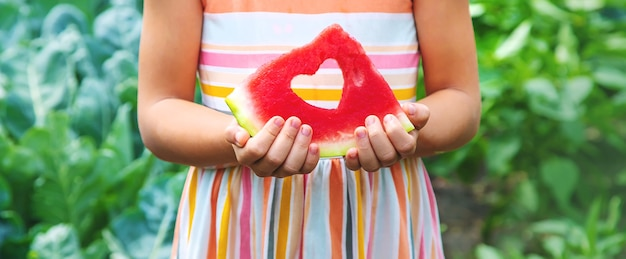 Kind op een picknick eet een watermeloen.