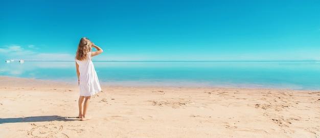 Kind op het strand. kust. selectieve aandacht. natuur