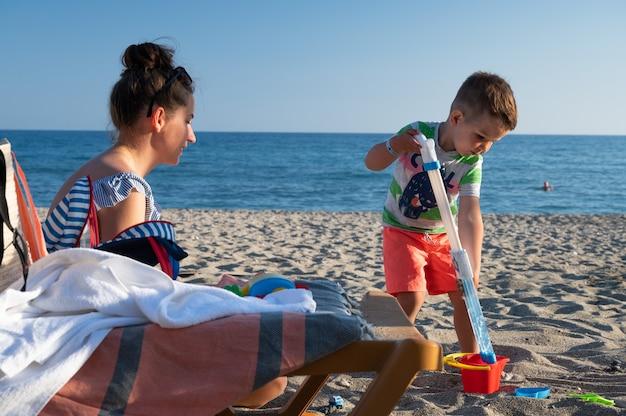 Kind op het strand met een waterpistool