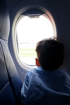 Kind op het vliegtuig