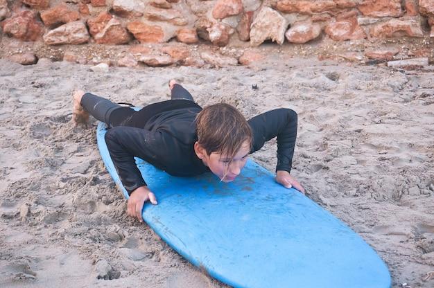 Kind op surfplank